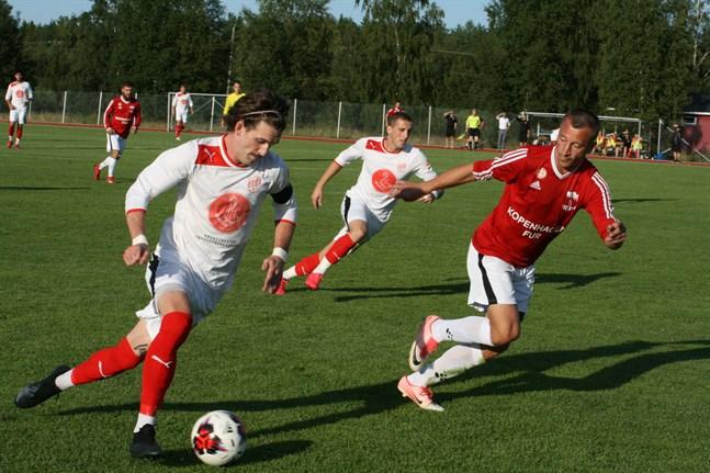 Tre målskyttar på samma bild. Sportings Michael Kozielek gjorde ett mål, KoFF:s Edin Halilcevic gjorde ett medan Sportings Nedim Ibric (i bakgrunden) satte två mål. KoFF var målet starkare i det sydösterbottniska derbyt.