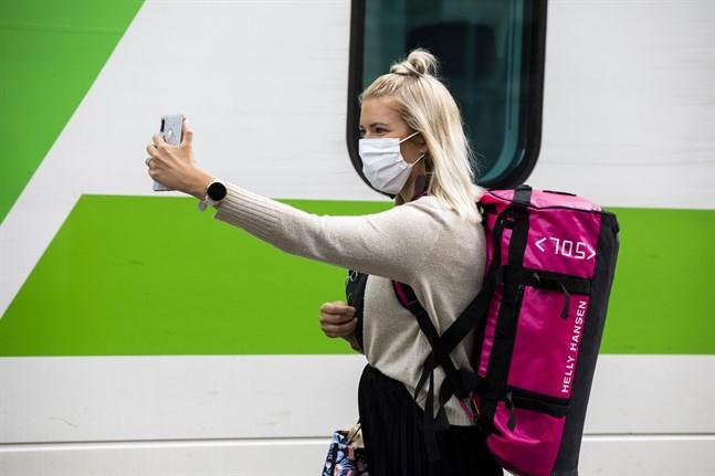 På tågperrongen sågs många passagerare med munskydd på fredagseftermiddagen.