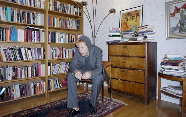 Elis Burrau är författare och poet, född 1992, baserad i Stockholm.