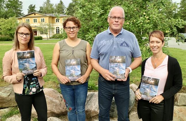 Sara Hagnäs, Petra Skantsi, Tom Hansén och Carola Wiik håller upp Kronoby medborgarinstituts nya kursprogram.