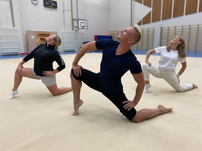 Antton Laine är i Kristinestad för att hjälpa den lokala föreningen, LGF. Här flankeras han av två av föreningens truppledare Charlotte Grönvik och Emma Nyholm.