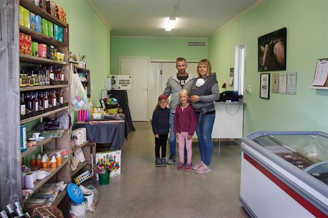 Tommy Nyholm och Jessica Kock, med barnen Liam, Angelica och familjens minsting, säljer allt från egenproducerat kött till leksaker från en nätbutik i närheten i sin gårdsbutik.