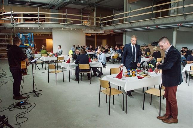 Middag, musik och avstånd präglade taklagsfesten för Mirkas nya bygge.