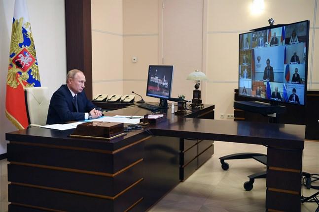 Bland andra president Vladimir Putin lovordar det nya ryska vaccinet. Han sade i veckan att en av hans döttrar har fått preparatet.
