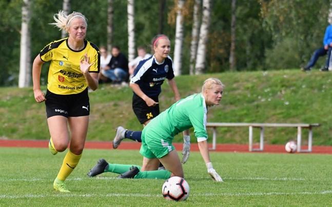 Jenna Tunkkari gör här mål för Myran efter att ha rundat NJS-målvakten Annika Kulha. I år förstärker hon FC United.