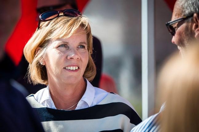 Språklagen är tydlig, och det är myndigheternas och deras ansvariga ministerier som ska se till att den efterföljs, säger justitieminister Anna-Maja Henriksson om den senaste tiden brister i svensk service hos nödcentraler och räddningsverk.
