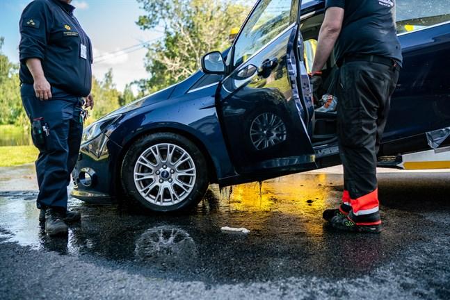 Bilen drogs upp ur ån av räddningsverket.