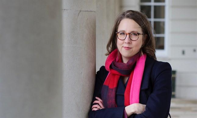 Journalisten Charlotta Buxton från Jakobstad är bosatt i Storbritannien, och har skrivit om landet i tio år.