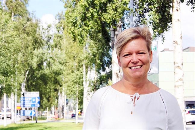 Tina Nylund har meddelat att hon slutar som välfärdschef i Nykarleby stad. Som bäst är hon tjänstledig för att jobba med ett projekt finansierat av Business Finland. Till hösten väntar ett nytt chefsjobb inom den privata sektorn.