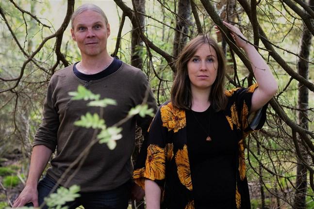 """Kusinerna Rippa, det vill säga Niko och Jessica Riippa, valde att vänta med att släppa den fysiska upplagan av sin skiva """"Vedil"""" tills de kunde boka in en skivreleasekonsert efter coronapausen."""