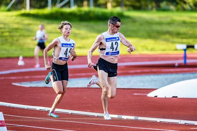 Farbror Niklas kollar in klockan medan Melker fokuserar på löpningen. Under den sista en och en halv minuten tvingas Niklas sedan betrakta Melkers ryggtavla.