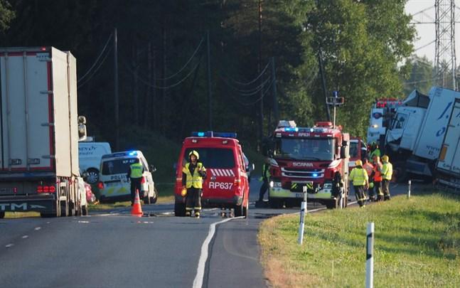 Totalt tre personer var inblandade i krocken där en person miste livet på torsdagen.