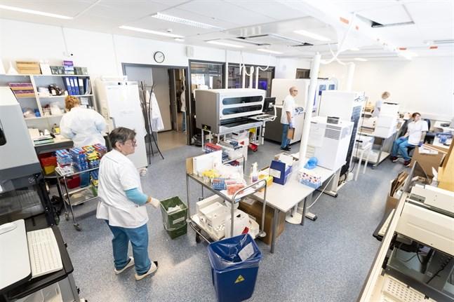 Här, vid Fimlabs centrallaboratorium i Tammerfors, analyseras coronaproverna från fem sjukvårdsdistrikt. Men just nu har man svårt att hinna med.