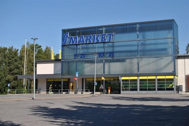 Det är tomt på parkeringen i Gerby. Mataffären stängdes efter att ansvariga läkare tagit beslut om karantän för anställda.