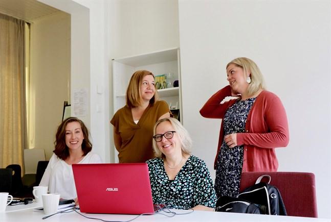 Nea Bäck, Sofia Sundholm, Eva Asplund och Sandra Högström jobbar på Understödsföreningen för  Svenskspråkig Missbrukarvård. USM fyller 30 år och firar det med en välgörenhetsgala.