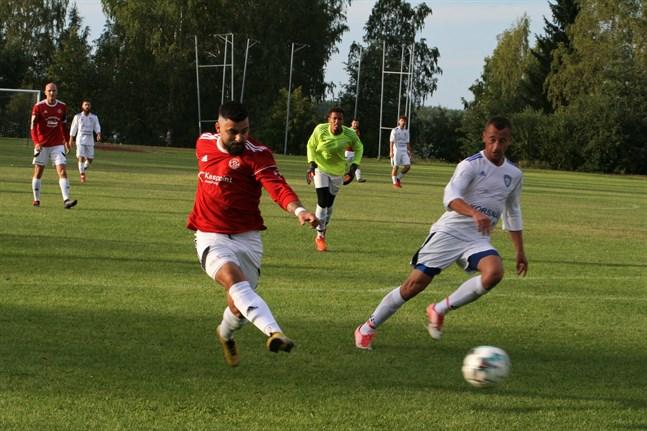 Bekir Kadic rullar här in 1–0 för Kaskö IK. Bakom har Korsnäs FF:s målvakt Jared Maloney blivit överspelad och mittbacken Edin Halilcevic hinner inte stoppa målet.