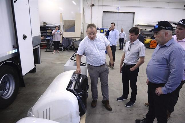 Här visar NEK:s försäljare i Finland, Tero Saari, aggregaten som reglerar temperaturen i bilskåpen för läkemedelstransport.
