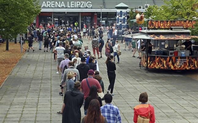 """Volontärer på väg till Arena Leipzig för att delta i studien """"Restart-19"""", där 1500 personer ser en musikkonsert inomhus för att ge forskare svar på hur covid-19 sprids vid stora inomhusevenemang."""
