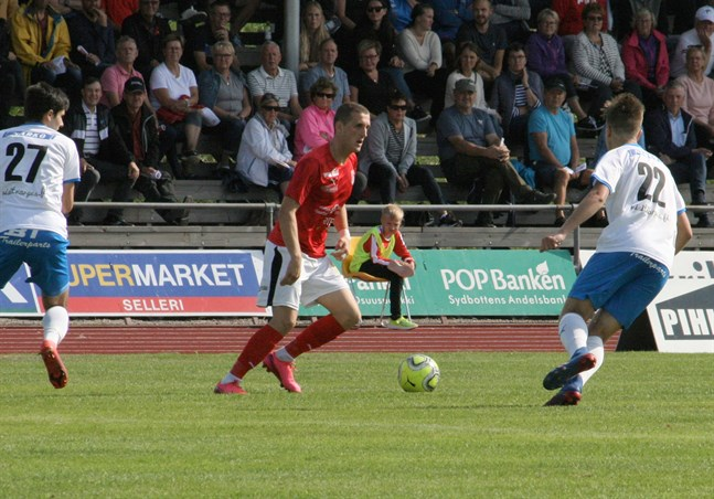 Sportings Nedim Ibric var matchens bästa spelare. Här jagas han av Lavi Marca och Jacob Lapveteläinen.
