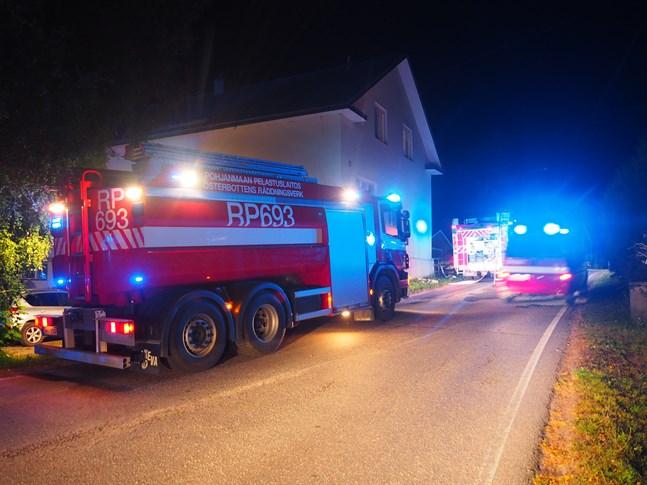 Flera utryckningsfordon har åkt ut till brandplatsen i Munsala.