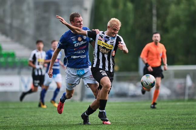 Eetu Rissanen, VPS, håller på att rycka ifrån Iiro Äijö i MP när lagen möttes i augusti 2020.
