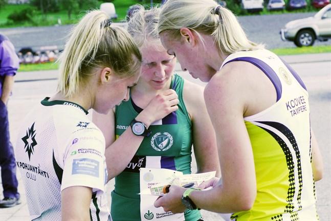 Snack över kartan efter fullgjort värv i förmiddagens damtävling. Karoliina Ukskoski (till höger) var snabbast före Kirsi Nurmi (till vänster) och Julia Järveläinen. Julia blev i sin tur distriktsmästare.