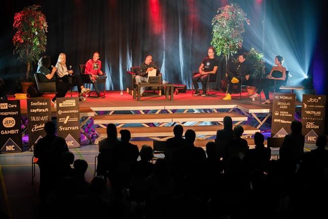 Aviv Ben-Yehuda, Jennifer Käld, Peter Vestbacka, Kaj Kunnas, Lucas Käldström, Joakim Strand och Annika Rak på scen i talkshowen Light up the tunnel.