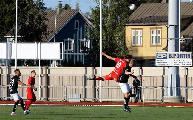 Det är högst oklart var ett eventuellt ligakval skulle spelas för Jaro kring månadsskiftet november/december. Här går Severi Kähkönen i Jaro upp i en duell mot MuSa.