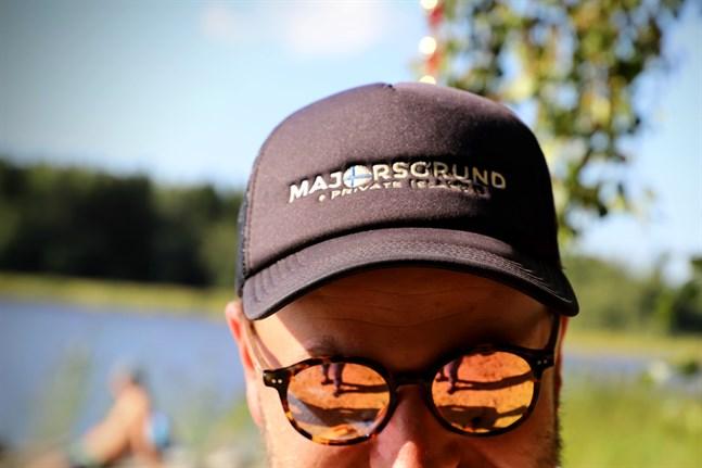 Majorsgrund har fått en logo och en webbplats på flera språk. Det här är ön som en gång var en lotterivinst och som ännu för några år sedan inte lockade finländska köpare.