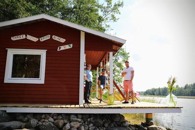 Annika Ekström, Jannis Pohl och Timo Pohl i strandbaren på Majorsgrund. Här flyttar man sig vartefter solen flyttar sig.