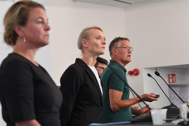 Johanna Sandwall, Socialstyrelsen, Karin Tegmark Wisell, Folkhälsomyndigheten i Sverige, och Anders Tegnell, statsepidemiolog på tisdagens pressträff.