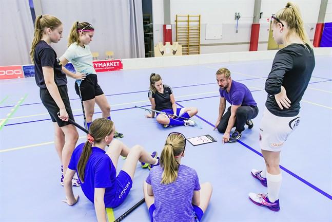 Ivrig coach. Blue Fox-tränaren Kai Kangas instruerar spelarna i hur slipstenen ska dras i ett powerplay.