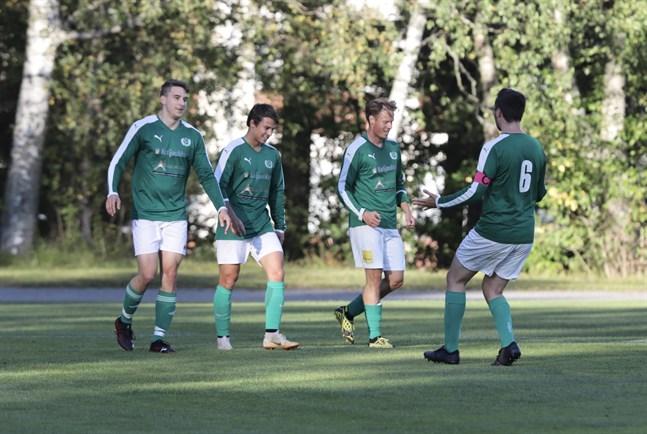 Jeremias Ketonen (andra från höger) satte 1–0 i första halvlek och firade med Miro Roukus, Joel Mäkelä och Juuso Hautala.