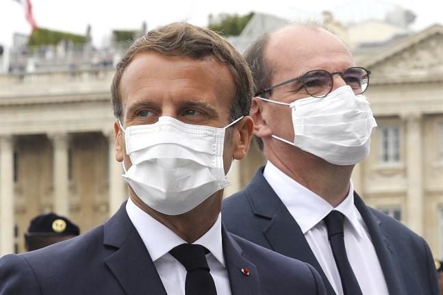 Frankrikes president Emmanuel Macron (till vänster) och premiärministern Jean Castex (till höger) vid nationaldagsfirandet i juli. Arkivbild.
