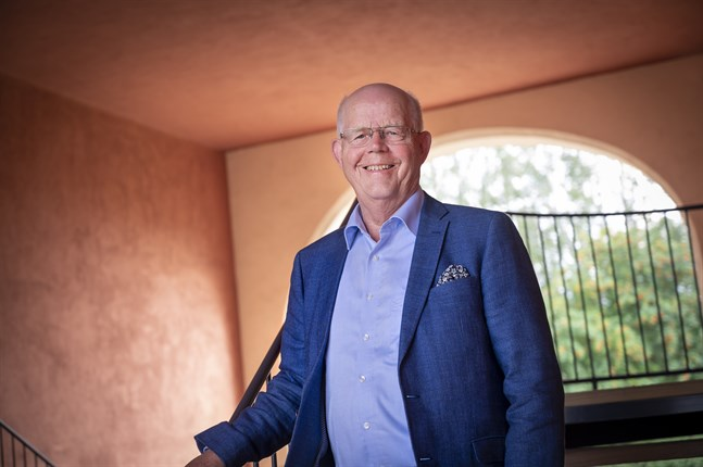 """Gustav Björkstrand är aktuell med självbiografin """"På avstånd ser man klarare""""."""