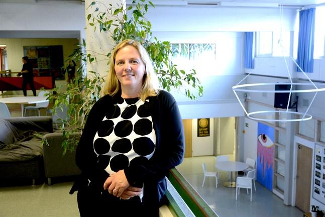 Närpes högstadieskolas rektor Monica Mattbäck hoppas att läget ska lugna ner sig i kommunen så att skolan inte behöver övergå till distansstudier. Bilden från augusti i år.