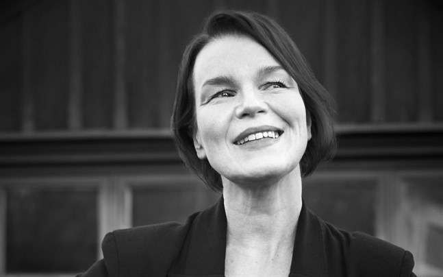 """Den sverigefinska musikern och sångaren Anna Järvinen (född 1970 i Helsingfors) romandebuterar med  """"Dröm natten till idag:""""."""