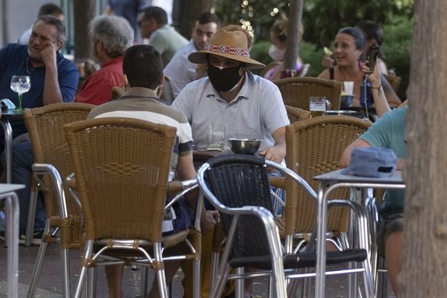 Drinkar och tapas intas på en bar i Madrid i Spanien. Madrid är särskilt utsatt i den senaste vågen av coronasmittade.