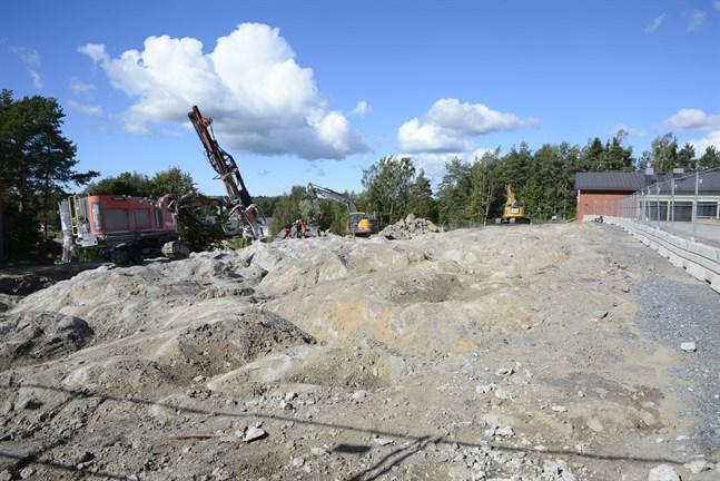 Här ska nya högstadieskolan stå som ett svart utropstecken på Mosebacke. Till höger syns nuvarande skolan som rivs när den nya står klar hösten 2022.