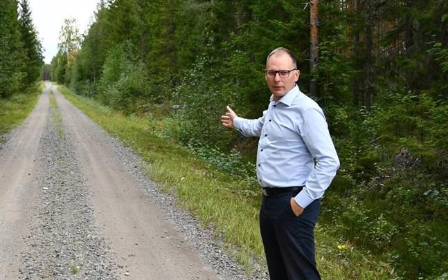 Projektingenjör Hans Vadbäck visade runt på projektområdet i Tjöck i augusti i fjol. Nu har delgeneralplanen vunnit laga kraft och bolaget söker om bygglov för 20 kraftverk.