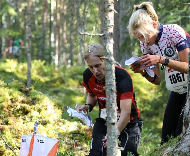 Pargas IF:s Alexandra Enlund (till höger) tog sig till A-final med en sjätteplats i sitt heat.