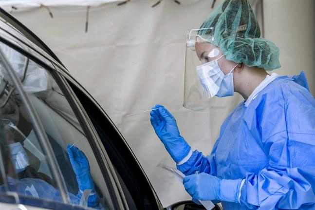 Mejlans sjukhus erbjuder coronatestning vid en drive-in vid sjukhusområdet. Det kan ta över en vecka att få besked om sitt coronatest inom Helsingfors och Nylands sjukvårdsdistrikt.