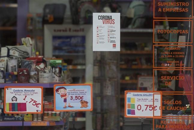 Information om coronaviruset uppklistrat på ett skyltfönster till en butik som säljer skolmaterial i Madrid. Skolorna börjar öppna den 4 september i den spanska huvudstaden.