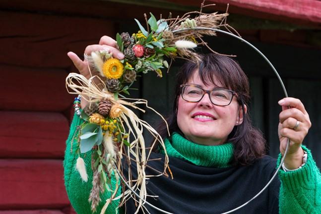 Susanne Backa-Norrena använder gärna metallringar för att skapa arrangemang som kan hänga på en dörr, en vägg eller i ett fönster.