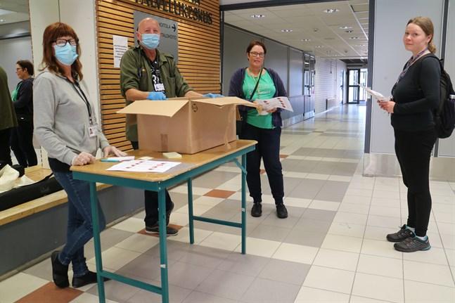Arkivbild: Kristiina Haapaniemi, Bo-Göran Heinola, Stina Wargh och Madeleine Fagerström var på plats i Björkhagens servicecenter och delade ut gratis munskydd i slutet av augusti.