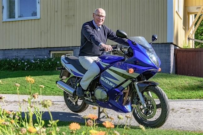 83-årige Erik Backman gillar  sin Suzuki GS500F som han tycker är lagom lätt och smidig i trafiken.