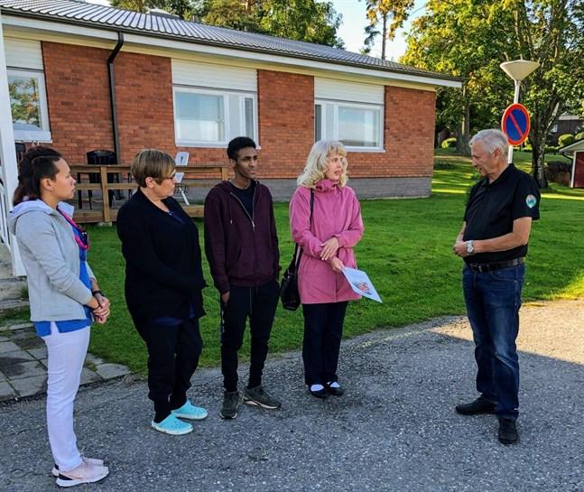Äldreomsorgschef Lisen Bäck tar emot donationen av Torolf Höglund. Med sig har hon personal från hemvården.