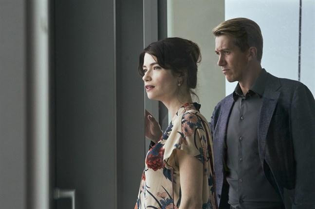 """Sara Soulié som hustrun Linda till Pasi (Jussi Vatanen) i den nya inhemska filmen """"Metsäjätti""""."""