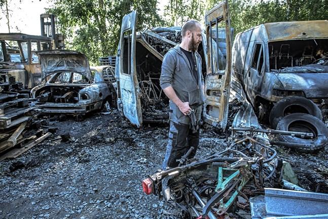 Christian Storbacka i Bennäs betraktar förödelsen efter branden i veckoslutet där närmare tio fordon totalförstördes.
