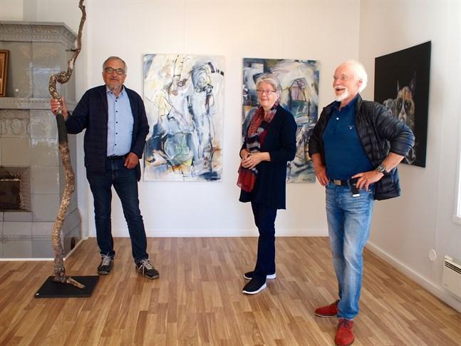 Leif Sjöholm, Tordis Ekman och Håkan Ahlnäs från Konstringen med verk från Jakartes medlemmar i bakgrunden.